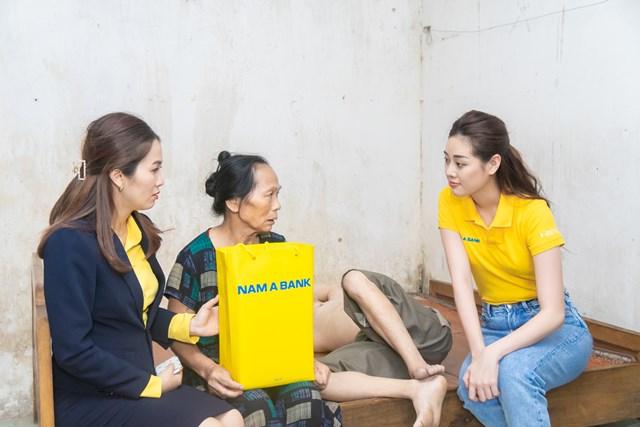Hoa hậu Khánh Vân đến thăm gia đình nạn nhân chất độc da cam - Ảnh 1