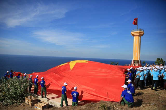 Sau lễ thượng cờ là nghi thức trải quốc kỳ rộng 250 mét vuông phủ kín khu vực làm lễ chào cờ.
