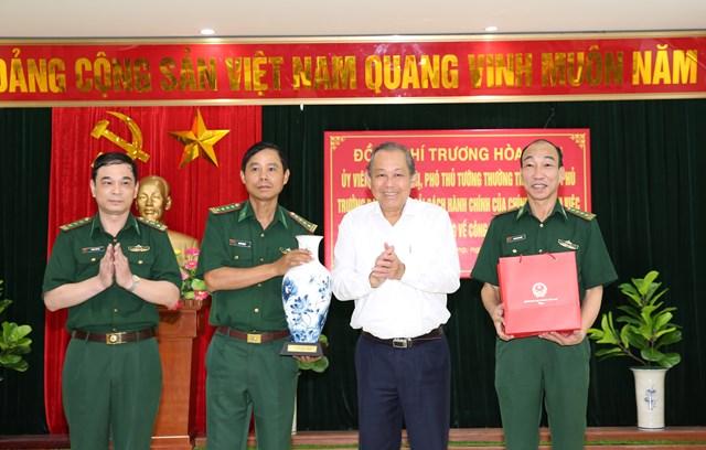 Phó Thủ tướng Thường trực Chính phủ Trương Hòa Bình thăm và tặng quà Bộ đội Biên phòng thành phố Hải Phòng. Ảnh: VGP.