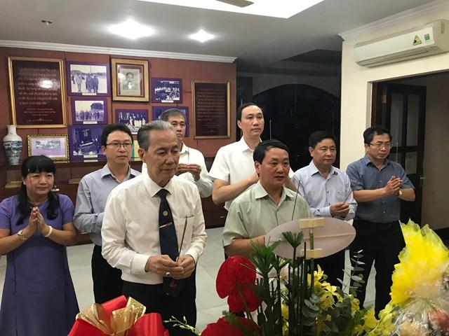 Phó Chủ tịch – Tổng Thư ký Hầu A Lềnh cùng các thành viên đoàn công tác UBTƯ MTTQ Việt Nam thắp hương tưởng niệm Luật sư Nguyễn Hữu Thọ.