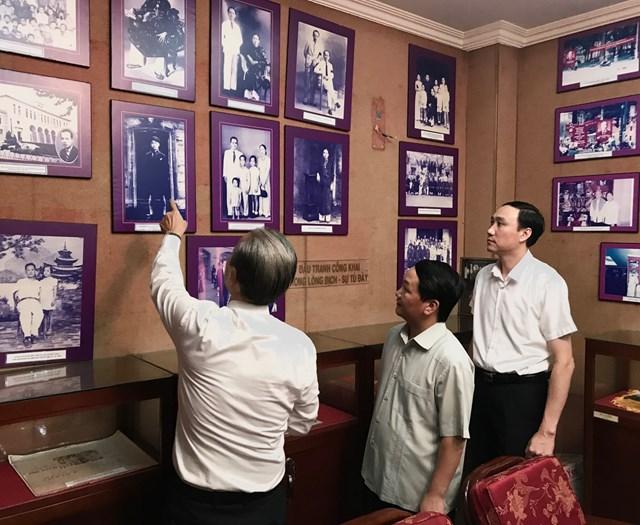 Phó Chủ tịch - Tổng Thư ký Hầu A Lềnh và Phó Chủ tịch Phùng Khánh Tài xem ảnh tư liệu về quá trình hoạt động Cách mạng của Luật sư Nguyễn Hữu Thọ.