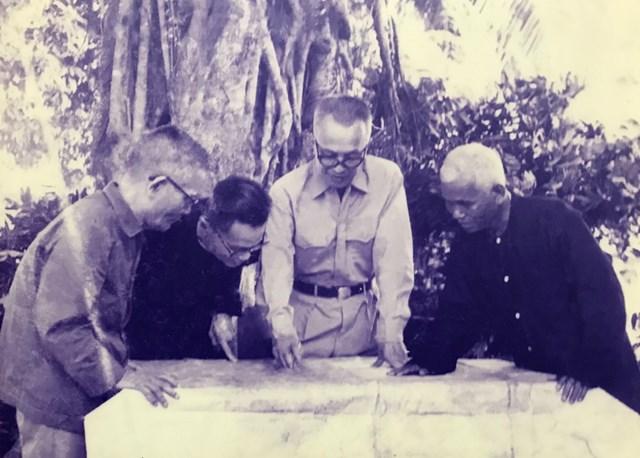 Luật sư Nguyễn Hữu Thọ bàn bạc về tình hình chiến sự cùng một số đơn vị trong Mặt trận Dân tộc giải phóng và Chính phủ Cách mạng lâm thời Cộng hòa miền Nam Việt Nam (1969).