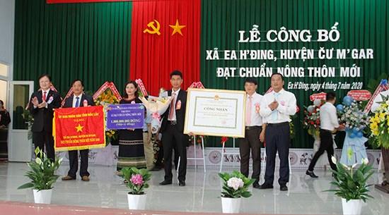 Phó Chủ tịch UBND tỉnh Y Giang Gry Niê Knơng; Giám đốc Sở NN - PTNT Nguyễn Hoài Dương trao Bằng công nhận và Cờ thi đua cho xã Ea H'đing đạt chuẩn nông thôn mới năm 2019.