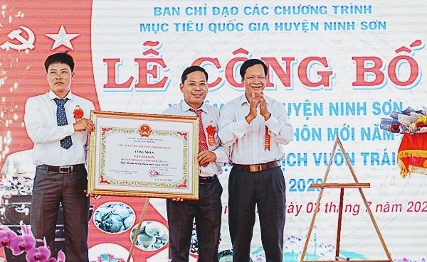 Trao Bằng công nhận xã đạt chuẩn nông thôn mới cho đại diện xã Lâm Sơn.