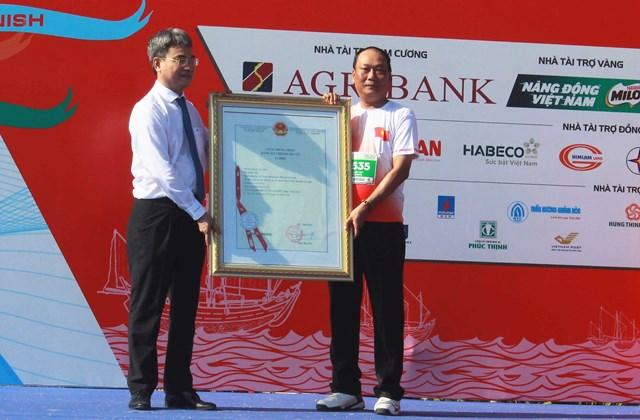 Tỏi Lý Sơn được trao bảng chứng nhận chỉ dẫn địa lý.