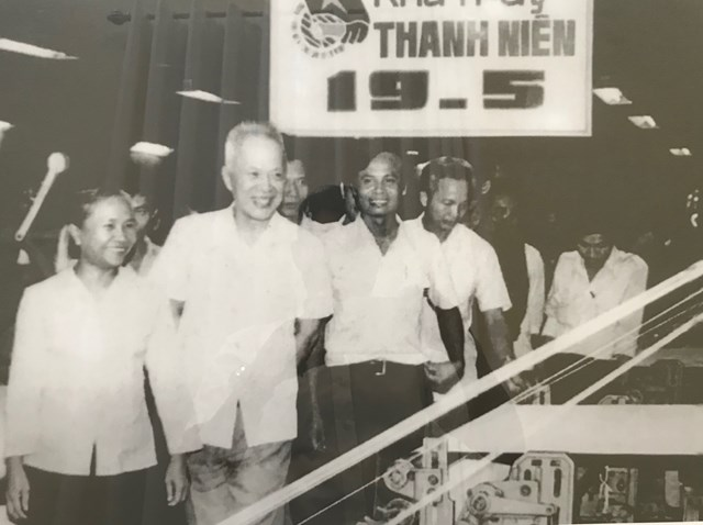 Chủ tịch Quốc hội Nguyễn Hữu Thọ thăm và làm việc tại Nhà máy dệt Thành Công (TP HCM) năm 1984. (Ảnh: Tư liệu).