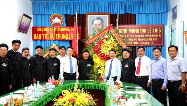 Phó Chủ tịch – Tổng thư ký Hầu A Lềnh tặng hoa chúc mừng đại lễ, chụp ảnh lưu niệm cùng Ban trị sự Trunhg ương