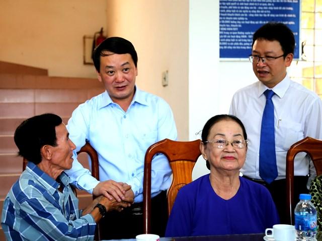 Phó Chủ tịch - Tổng Thư ký Hầu A Lềnh thăm hỏi, chúc mừng gia đình chính sách tiêu biểu.