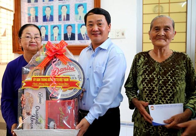 Phó Chủ tịch – Tổng thư ký Hầu A Lềnh tặng quà chúc mừng đại lễ bà con gia đình chính sách tiêu biểu PGHH.