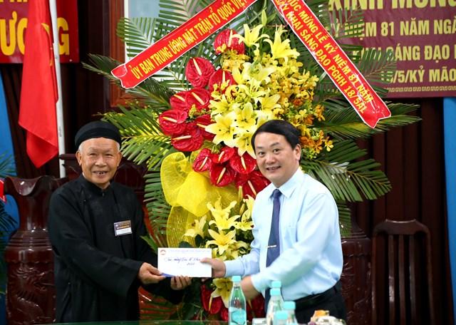 Phó Chủ tịch – Tổng thư ký Hầu A Lềnh tặng quà chúc mừng Đại lễ.