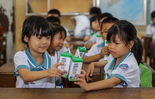 Việc uống sữa mỗi ngày khi đến lớp góp phần giúp các em có thêm năng lượng để học tập, tham gia vào các hoạt động, góp phần phát triển thể trạng một cách toàn diện.