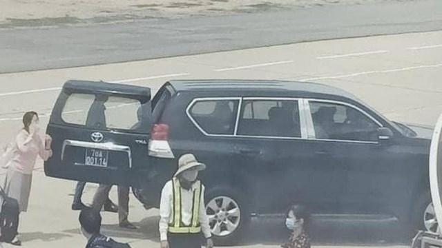 Xe biển xanh BKS 78A - 001.14 đậu đỗ tại cầu thang máy bay sân bay Tuy Hòa đón Phó Bí thư thường trực Tỉnh ủy Phú Yên và người thân. Ảnh: Facebook.