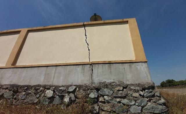 Hệ thống tường rao bao quanh nhà máy nước Hưng Thông đã nứt nẻ, xuống cấp.