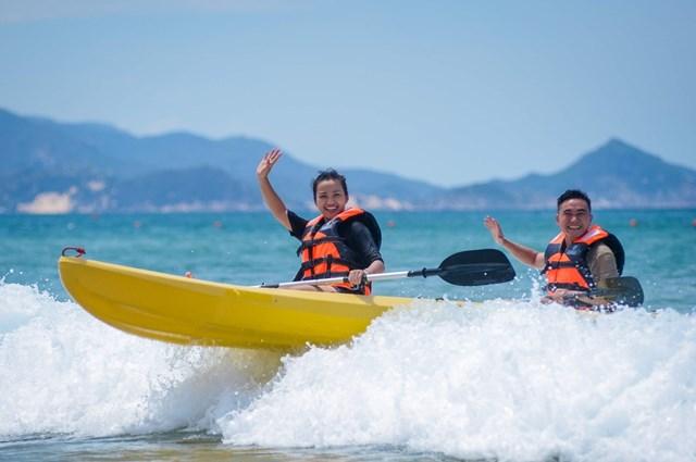 Ảnh 3: Du khách vui chơi trên bãi biển.