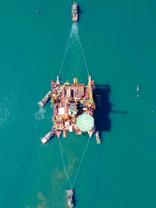DQS dùng 6 tàu để lai dắt giàn Đại Hùng 01.