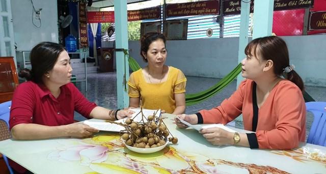 Cán bộ MTTQ phường Tân Phú, quận Cái Răng, TP Cần Thơ nắm tình hình nhân dân góp phần làm tốt công tác hoà giải ở cơ sở. Ảnh: Hồng Vân.