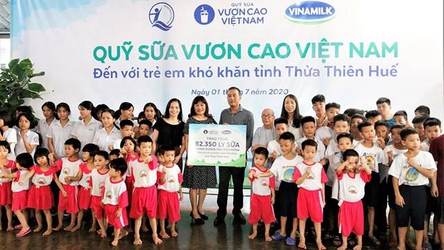 Bà Phan Minh Nguyệt, Phó Giám đốc Sở Lao động Thương binh và Xã hội Thừa Thiên - Huếđại diện nhận bảng trao tặng sữa của Quỹ sữa Vươn cao Việt Nam và Vinamilk.