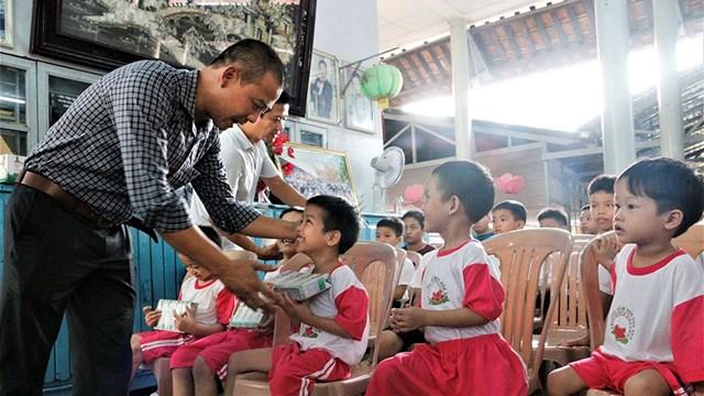 Niềm vui nhận sữa từ chương trình Quỹ sữa Vươn cao Việt Nam của trẻ em Thừa Thiên - Huế.