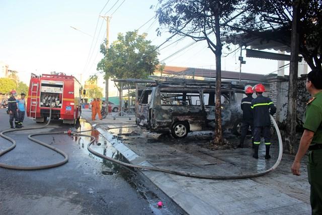 Lực lượng chức năng khẩn trương dập tắt đám cháy.