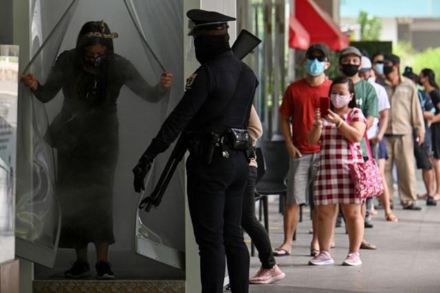 Cảnh sát Manila (Phillippines) gác bên ngoài một trung tâm mua sắm để nhắc nhở người dân thực hiện các biện pháp phòng dịch Covid-19. Nguồn AFP.