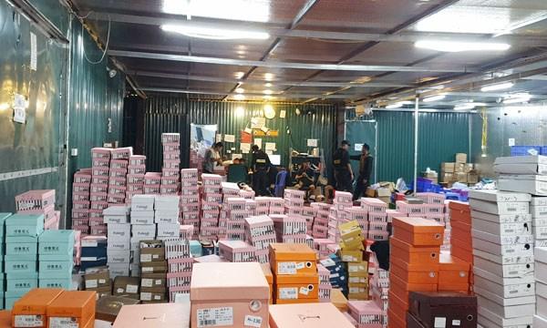 Hàng trong kho của Trần Thành Phú có tới 158.000 sản phẩm các loại.