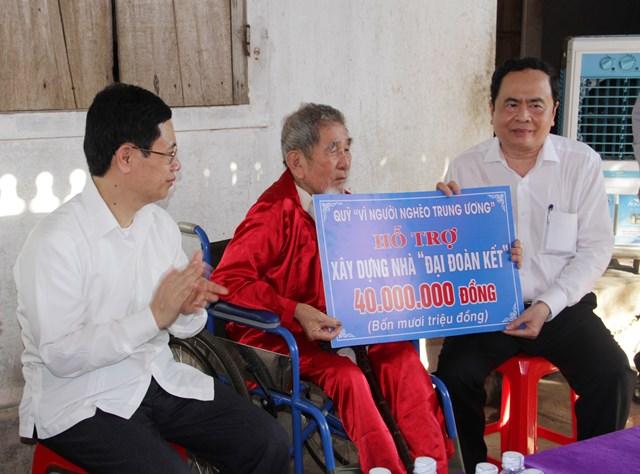 1.Chủ tịch Trần Thanh Mẫn trao nhà Đại Đoàn kết cho ông Bùi Tiến Khoan, trú tại xóm 2, xã Mỹ Sơn, huyện Đô Lương.