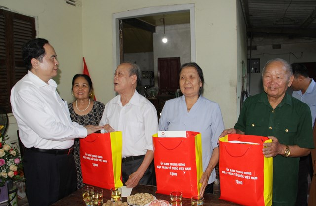 1.Thăm và tặng quà cho 3 đối tượng chính sách trên địa bàn thị trấn Anh Sơn, huyện Anh Sơn.