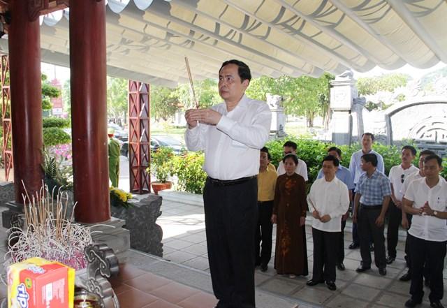Trước đó, Chủ tịch Trần Thanh Mẫn cùng đoàn công tác đã đến thắp hương tri ân các anh hùng liệt sĩ tại Di tích lịch sử Truông Bồn, xã Mỹ Sơn, huyện Anh Sơn (Nghệ An).