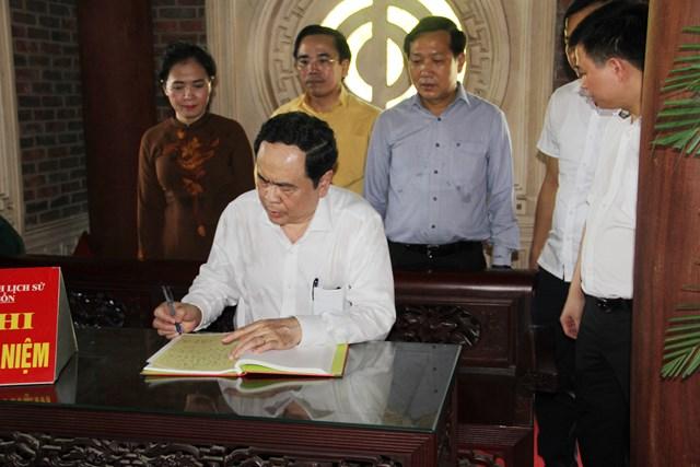 Ghi lưu bút tại Khu di tích lịch sử Truông Bồn.
