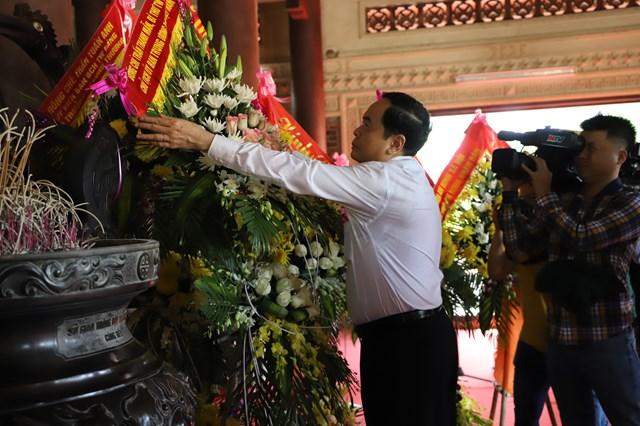 Trước đó, Chủ tịch Trần Thanh Mẫn dâng hoa, dâng hương tại Khu di tích đặc biệt Kim Liên, Nam Đàn (Nghệ An).