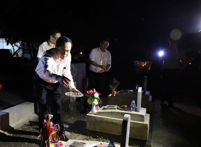 Chủ tịch Trần Thanh Mẫn tại Nghĩa trang Việt - Lào.