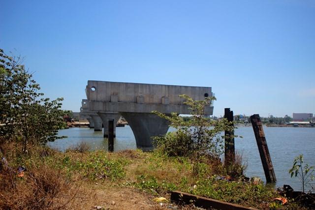 Cây cầu Tam Giang mới xây dựng dở dang.