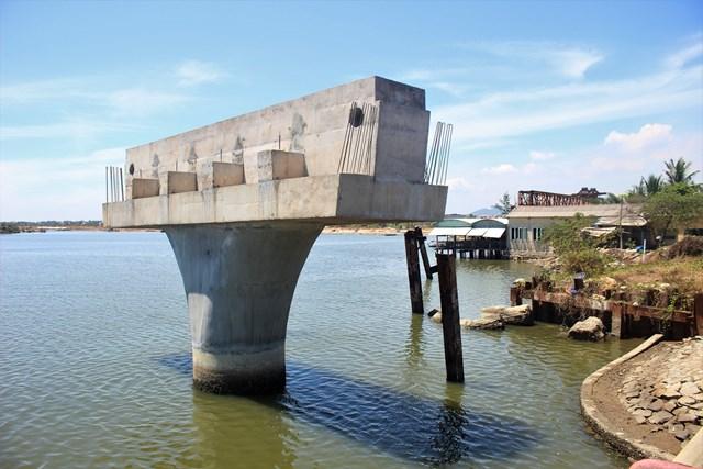 Các dịp cầu Tam Giang nằm chơi với giữa sông Trường Giang.