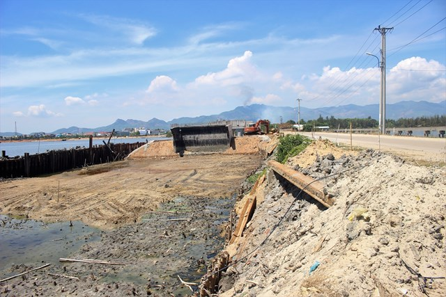 Nền móng cầu Tam Giang mới đất, đá nằm ngổn ngang.