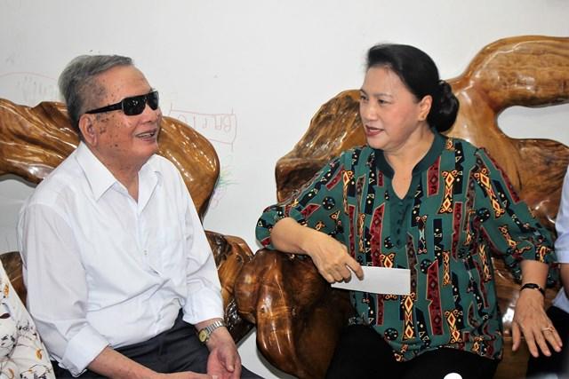 Chủ tịch Quốc hội Nguyễn Thị Kim Ngân thăm, tặng quà gia đình ông Lê Văn Trị.