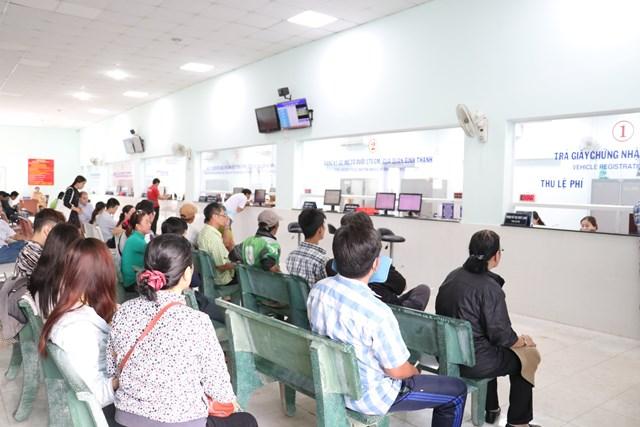Người dân đến đăng ký, cấp biển số xe ô-tô.