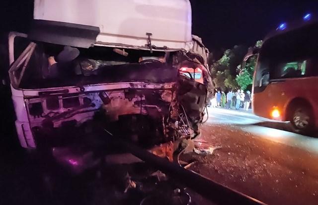 Đầu xe khách đã bị nát bét sau tai nạn.