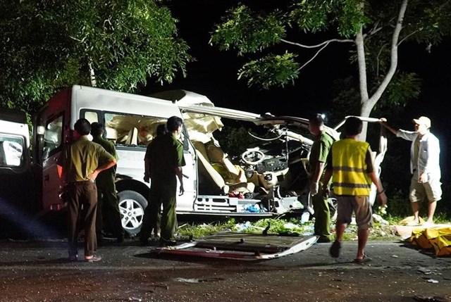 Công an và các ngành chức năng đang kiểm tra hiện trường vụ tai nạn.