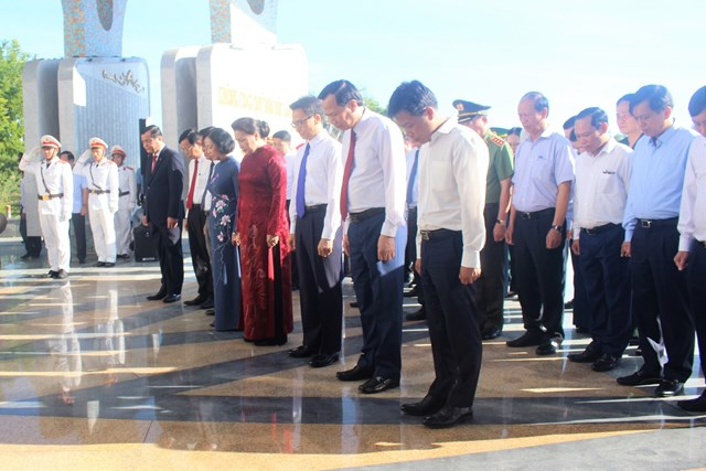 Chủ tịch Quốc hội Nguyễn Thị Kim Ngân cùng đoàn công tác dâng hương tại Nghĩa trang liệt sỹ tỉnh Quảng Nam.