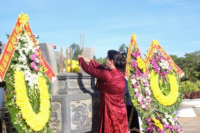 Chủ tịch Quốc hội dâng hương tưởng niệm các Anh hùng liệt sỹ tại Quảng Nam - Ảnh 2