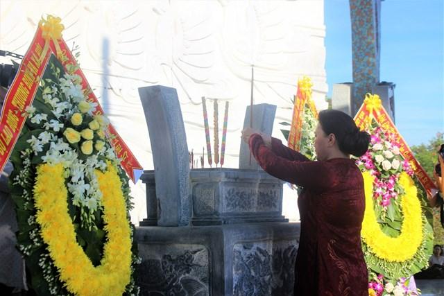 Chủ tịch Quốc hội dâng hương tưởng niệm các Anh hùng liệt sỹ tại Quảng Nam - Ảnh 1