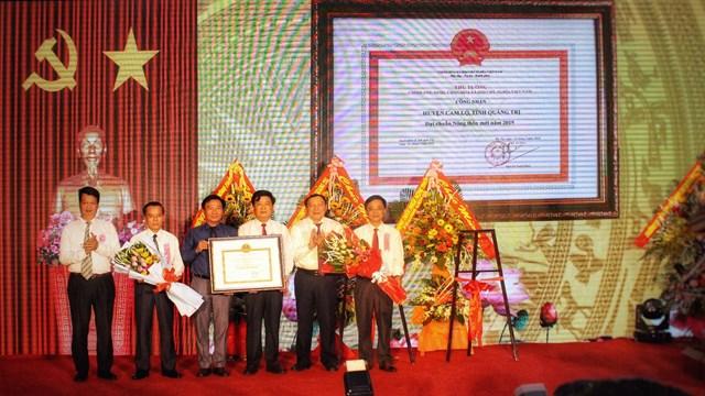 Bí thư Tỉnh ủy Quảng Trị Nguyễn Văn Hùng (thứ 2 từ phải sang) trao bằng công nhận huyện đạt chuẩn NTM của Thủ tướng Chính phủ cho Đảng bộ, chính quyền và nhân dân Cam Lộ.