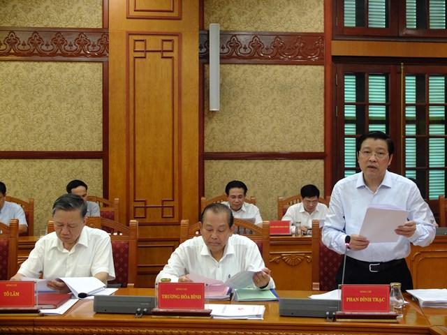 Ông Phan Đình Trạc, Trưởng Ban Nội chính T.Ư, Phó trưởng Ban Chỉ đạo báo cáo tình hình công tác 6 tháng đầu năm.