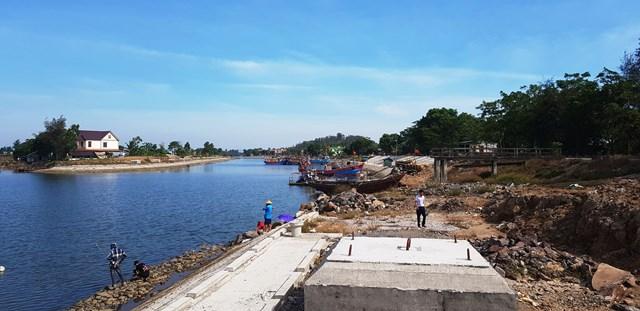 Dự án khu neo đậu tránh bão cho tàu, thuyền nghề cá sông Lý chậm tiến độ đang gây ra nhiều khó khăn cho đời sống của người dân xã Quảng Thạch.