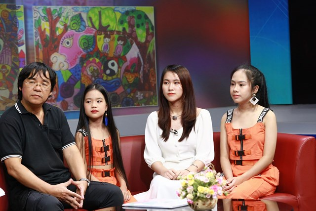 Họa sĩ, nhà thơ Lê Tiến Vượng (bìa trái) và các em học sinh trong chương trình MC.