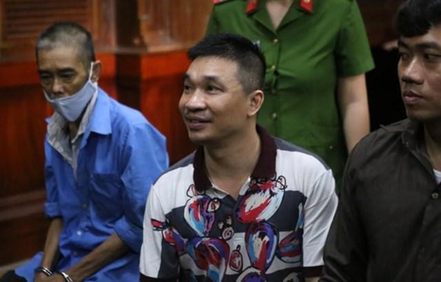 Văn Kính Dương (giữa) tại buổi tuyên án (Ảnh Hải Duyên).