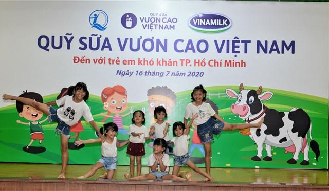 Quỹ sữa Vươn cao Việt Nam và Vinamilk tiếp tục hành trình kết nối yêu thương tại TP HCM - Ảnh 1