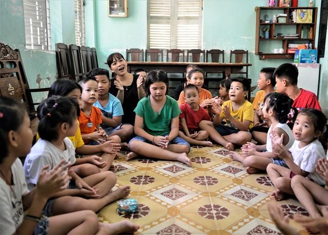 """Chị Nguyễn Thị Ánh Thu, một trong những người mẹ nhân hậu ở Làng Thiếu niên Thủ Đức cho biết mỗi em nhỏ ở đây đều có hoàn cảnh, số phận và cuộc đời riêng, nhưng chung quy đều là những đứa trẻ bất hạnh khi vừa mới lọt lòng mẹ. """"Các con rất ngoan nhưng luôn thiếu thốn tình thương và cả vật chất. Vì vậy, chúng tôi thật sự cảm ơn chương trình Quỹ sữa Vươn cao Việt Nam đã đến đây, san sẻ yêu thương với các con và mang đến cho các con những ly sữa ngọt ngào"""", chị Thu tâm sự."""