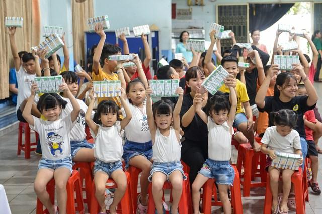 """Ông Nguyễn Hữu Tài, Giám đốc Làng Thiếu niên Thủ Đức, chia sẻ: """"Trẻ ở Làng được thực hiện đầy đủ chế độ, chính sách, khẩu phần ăn đa dạng, phong phú. Chúng tôi rất vui mừng khi năm nay trẻ đã được Quỹ sữa Vươn cao Việt Nam và công ty Vinamilk hỗ trợ uống sữa, giúp trẻ phát triển hơn về thể chất, nhất là chiều cao, cân nặng. Chúng tôi rất mong Vinamilk và chương trình Quỹ sữa sẽ tiếp tục tạo điều kiện cho trẻ của Làng được tiếp cận với những sản phẩm bổ dưỡng này""""."""