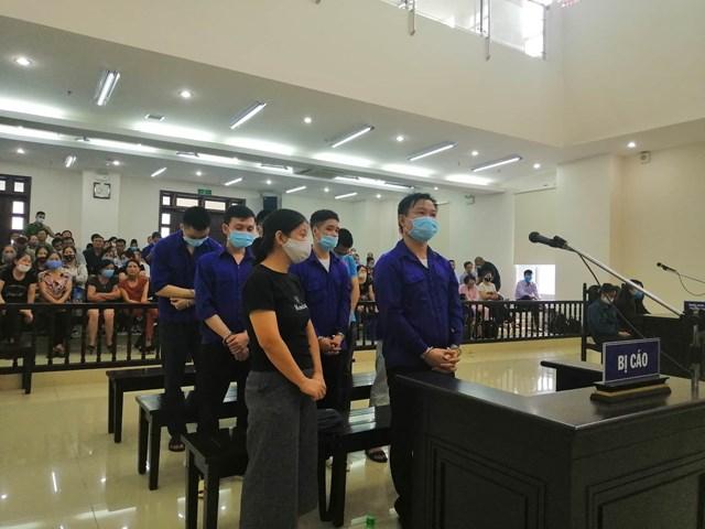 Lê Văn Quang (đứng phía trên, bên phải) và đồng bọn lừa đảo của Thang Long Group.